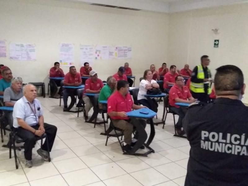 Taxistas reciben cursos de educación víal