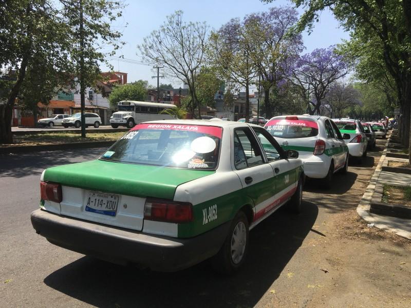 Taxistas se convierten en colectivos; buscan sobrellevar crisis por covid-19