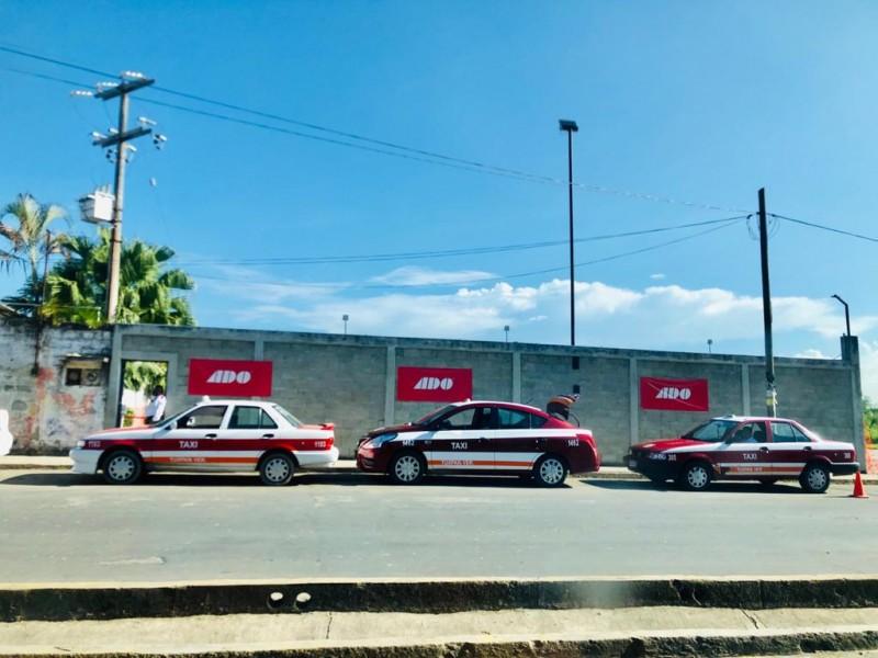 Taxistas sufren por falta de pasaje