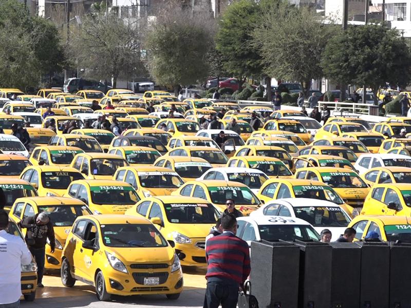 Taxistas toman Plaza Mayor, exigen a municipio medidas contra plataformas