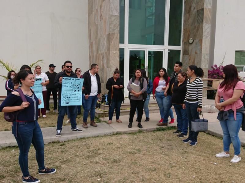 Teachers se  manifiestan en exigencia de pagos