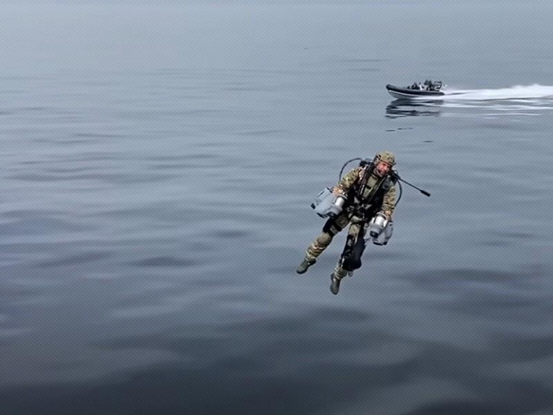 Tecnología armamentista futurista, militares británicos prueban trajes voladores