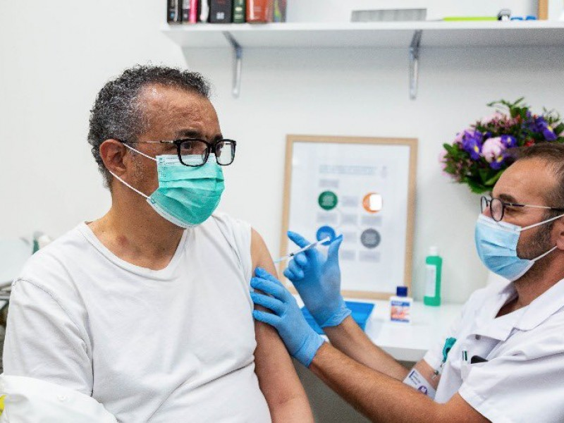 Tedros Adhanom, director de la OMS se vacuna contra Covid-19
