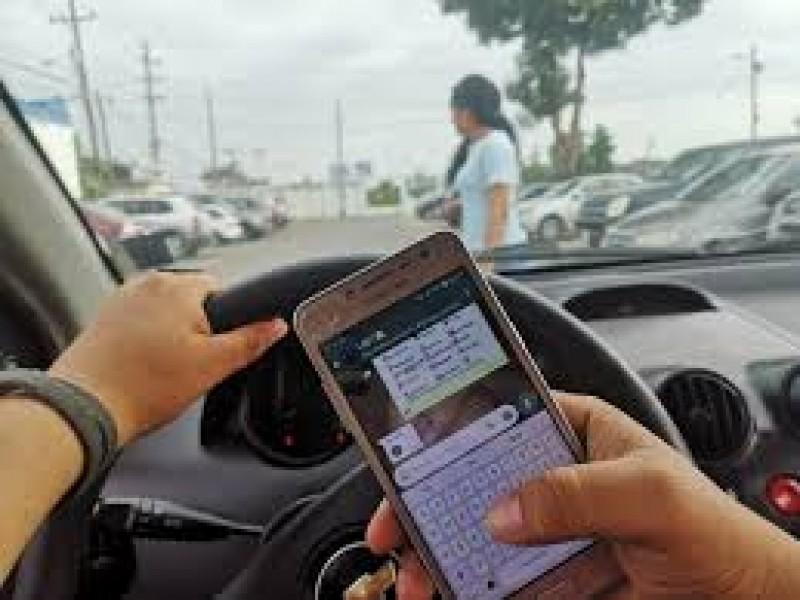 Teléfono celular, distractor causante de accidentes viales