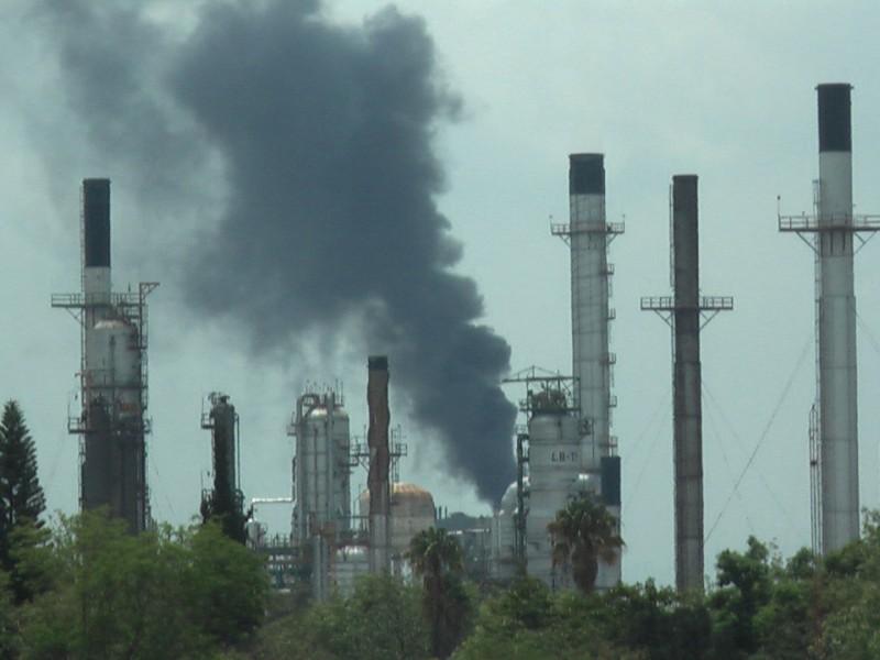 Termoeléctrica emana nube de humo negro