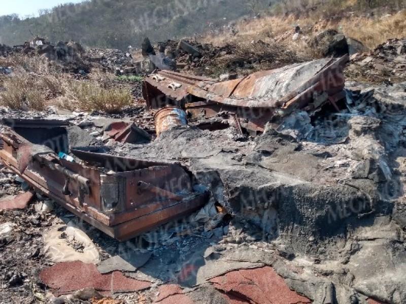 Tiran y queman desechos funerarios en basurero de Salina Cruz