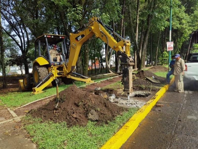 Trabaja CMAS en reparar tubería con fugas de Av. Xalapa