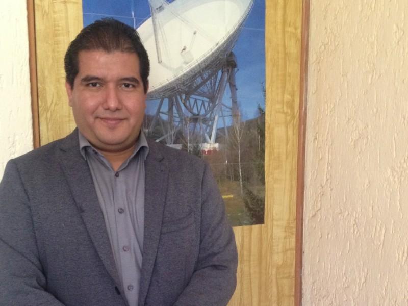 Joven científico trabaja en proyecto de núcleos galácticos