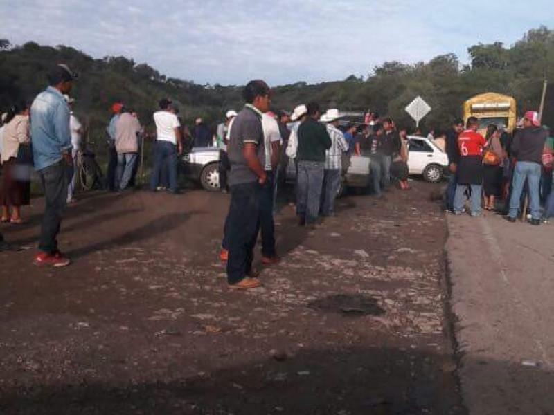 Trabajadores bloquean acceso a Bochil.