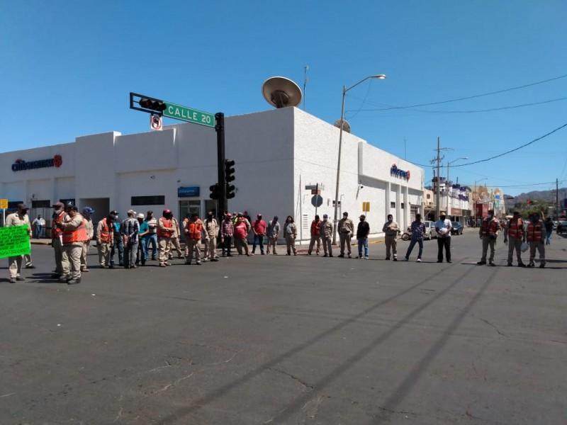Trabajadores de CEA bloquean calle 20 al no recibir salario