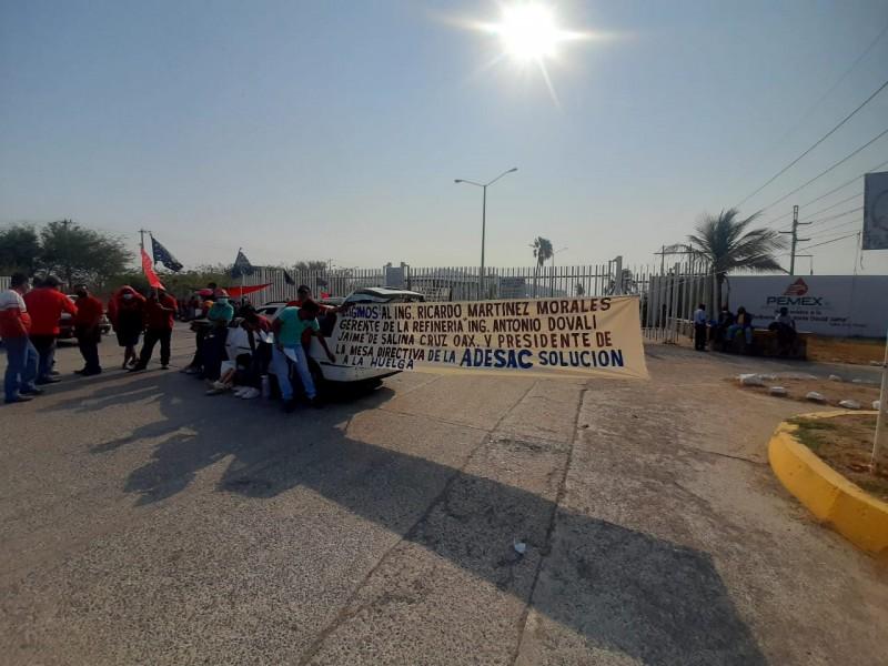 Trabajadores de la ADESAC bloquean acceso a la refinería