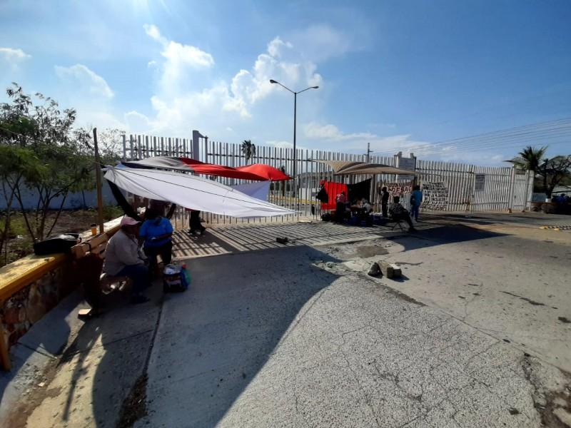 Trabajadores de la ADESAC sin atención, protesta cumple 3 días