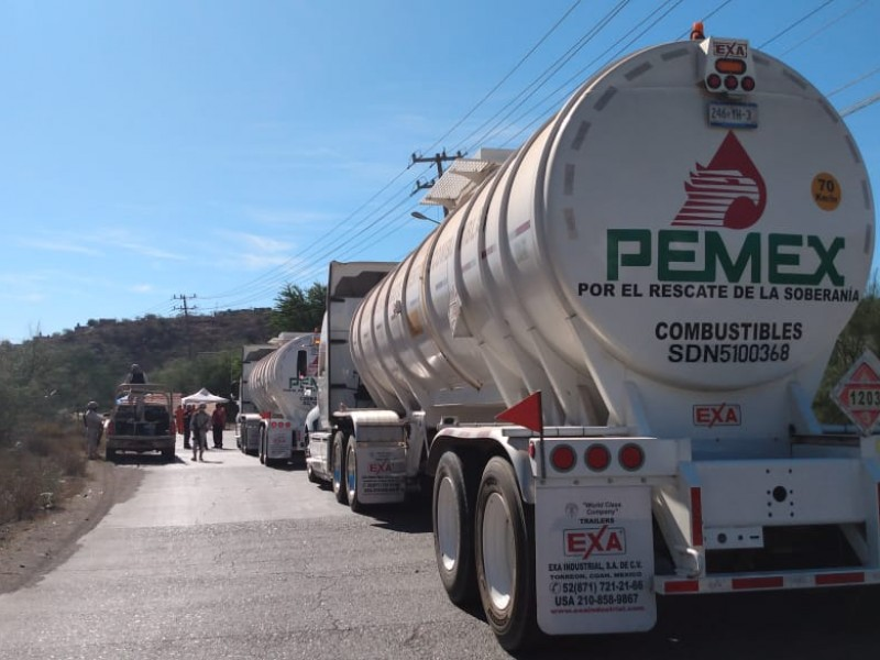 Trabajadores de Pemex bloquean paso cargamento, solicitan empleos estables