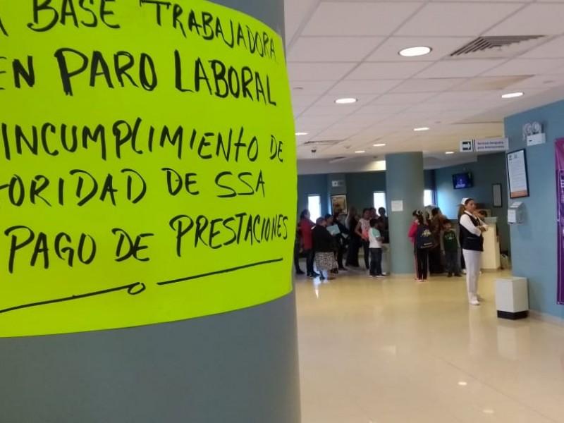 Trabajadores de Salud laboran bajo protesta