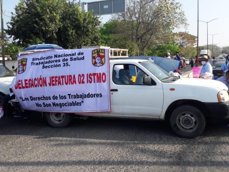 Trabajadores de Servicios de Salud toman carreteras en el istmo