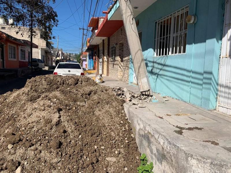 Trabajadores de SIAPA dañaron poste en colonia Acayapan