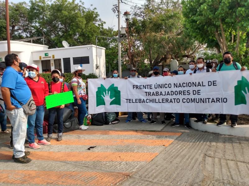 Trabajadores de Telebachillerato exigen pago de salarios y basificación