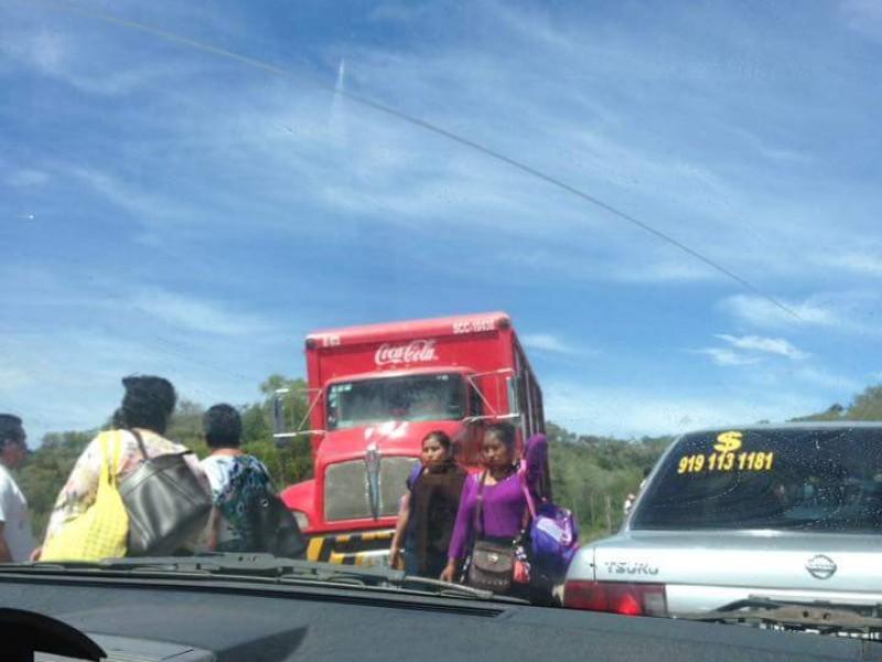 Trabajadores del ayuntamiento de Bochil bloquean accesos