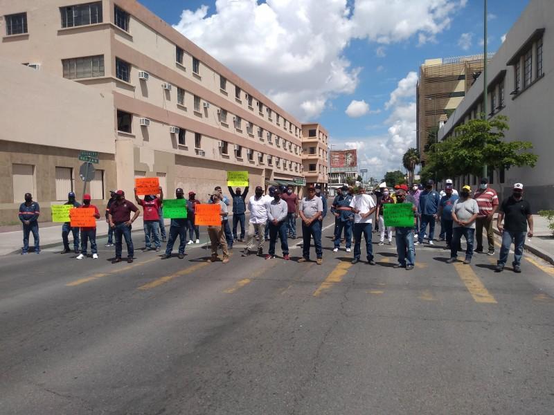 Trabajadores del Ayuntamiento de Hermosillo bloquean vialidades