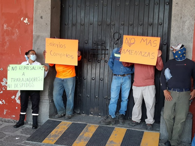 Trabajadores del ayuntamiento San Pedro Cholula inconformes por reducción salarial