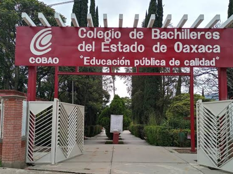 Trabajadores del COBAO esperan respuesta en segundo día de paro