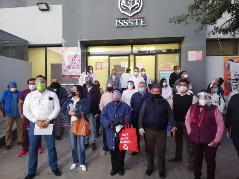 Trabajadores del ISSSTE Torreón exigen la renuncia del director