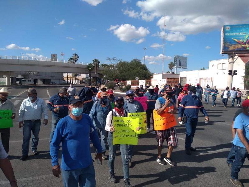 Trabajadores municipales de Hermosillo bloquean vialidades, exigen pago de prestaciones