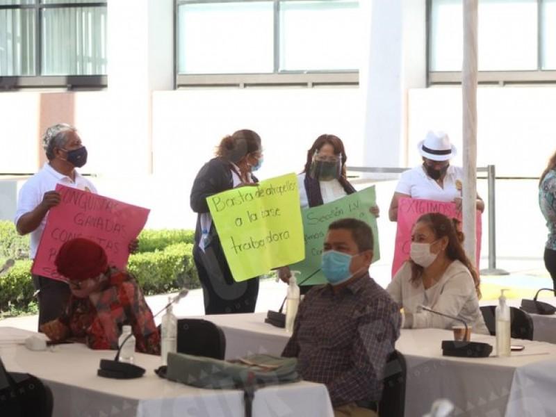 Trabajadores sindicalizados del Congreso Local irrumpen en sesión presencial