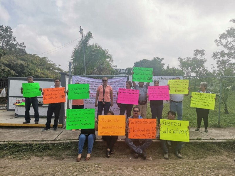 Trabajadores sindicalizados del ICATVER se manifiestan