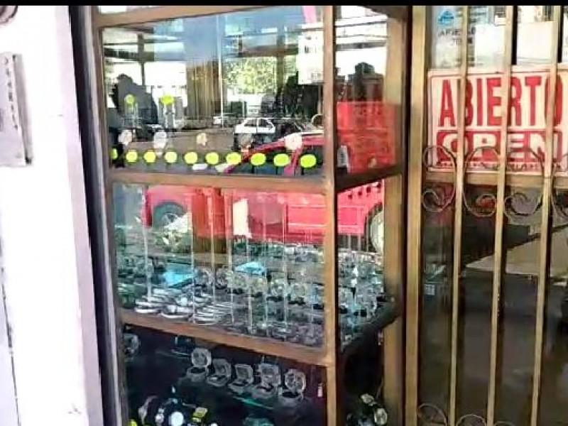 Trabajan comerciantes a puerta cerrada por temor a robos