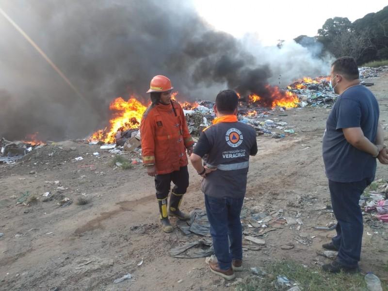 Trabajan en incendios de basureros en Veracruz