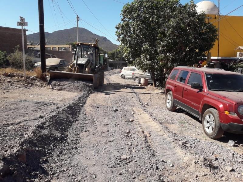 Trabajan en nivelación de calles en la localidad