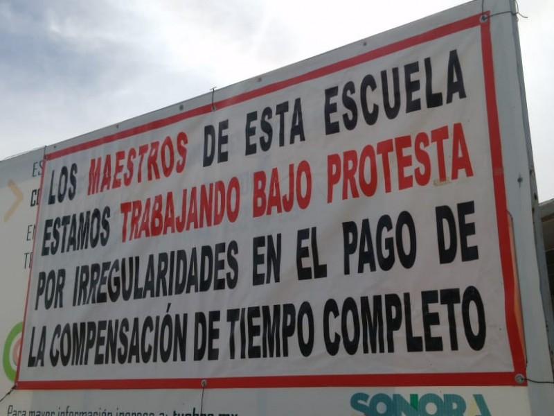 Trabajan maestros bajo protesta