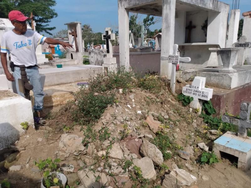 Trabajos no supervisados de albañilería afectan tumbas en el Galeana