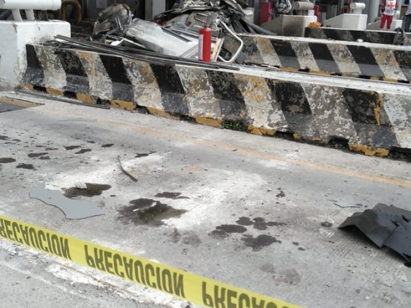 Tráiler choca y se incendia en la caseta México-Puebla