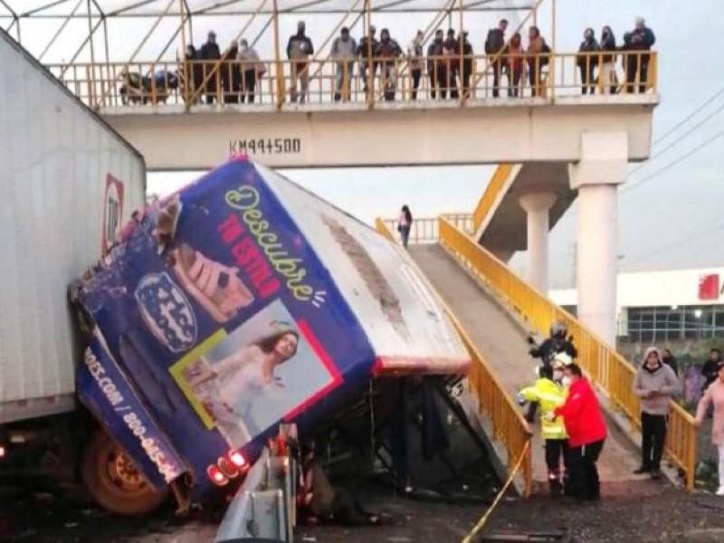 Tráiler embiste a camión de pasajeros; mata a 4 personas
