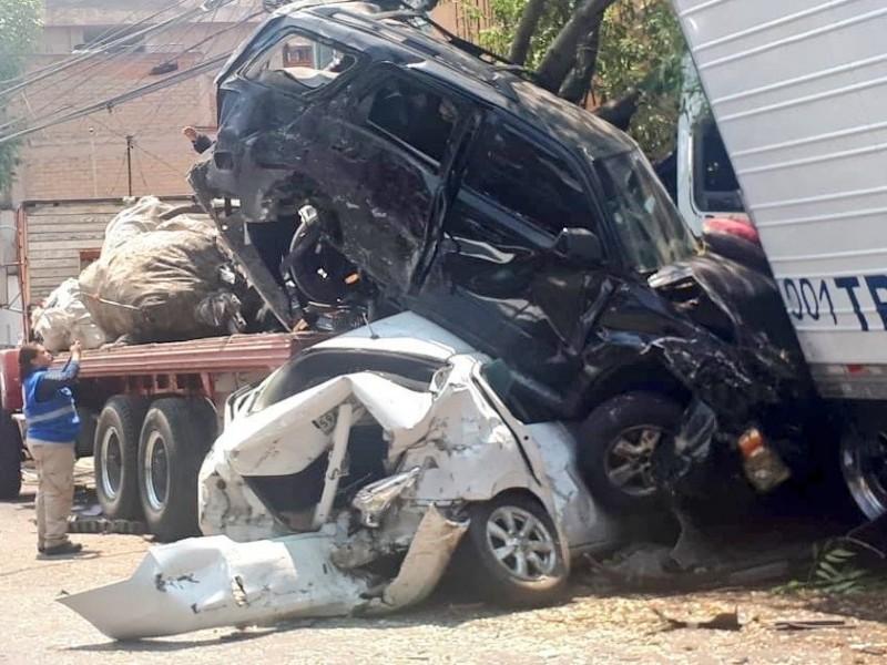 Tráiler impacta a varios vehículos; hay 3 muertos