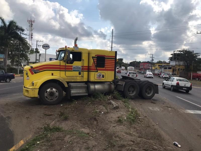 Tráiler queda a mitad de carretera Veracruz-Xalapa