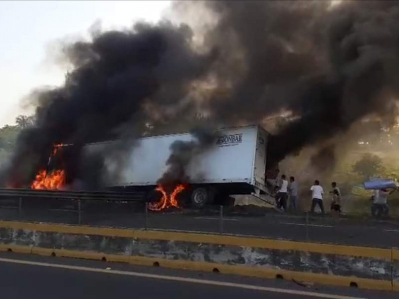 Traíler se incendia en la Tinaja.