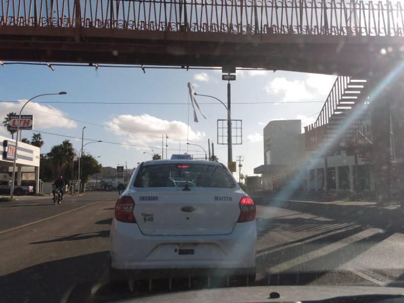 Transitan taxistas con banderas blancas, piden paz