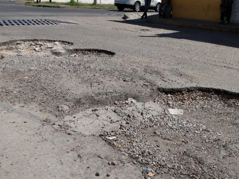 Tránsito pesado dejó baches en Calle Francisco Villa