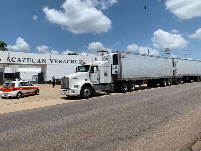 Transportaban en trailers decenas de migrantes