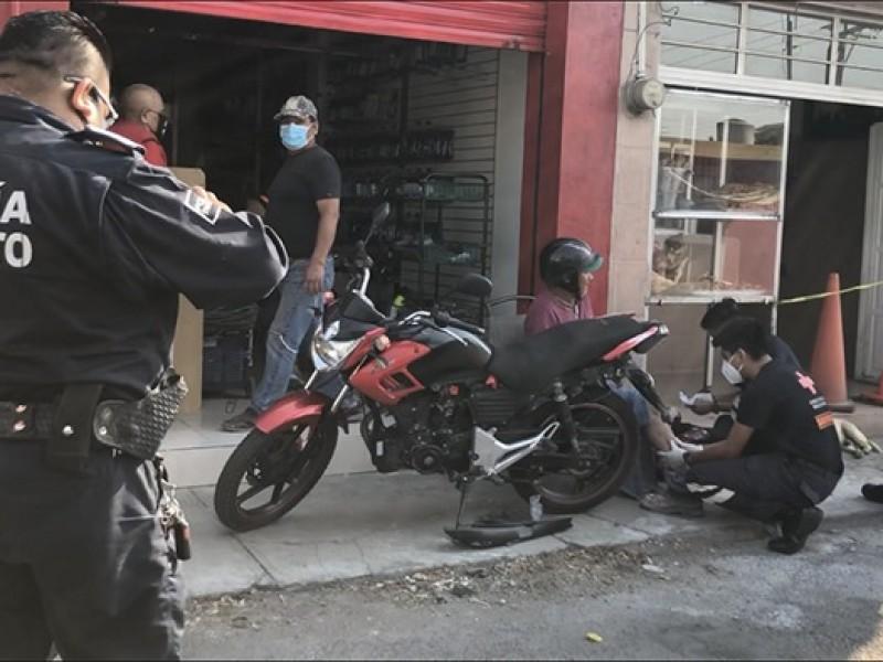 Transporte público embiste a motociclista por exceso velocidad