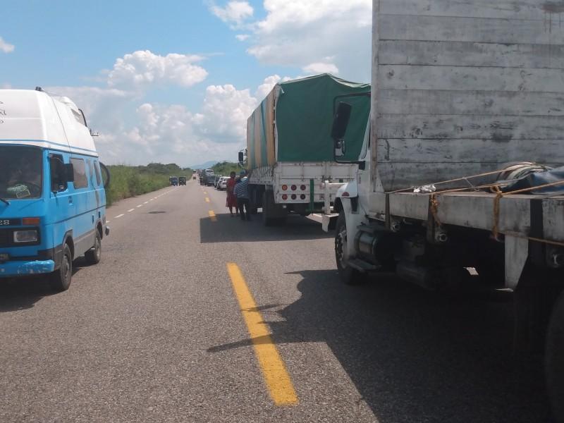Transportistas afectados por bloqueo carretero, Niltepec-Zanatepec