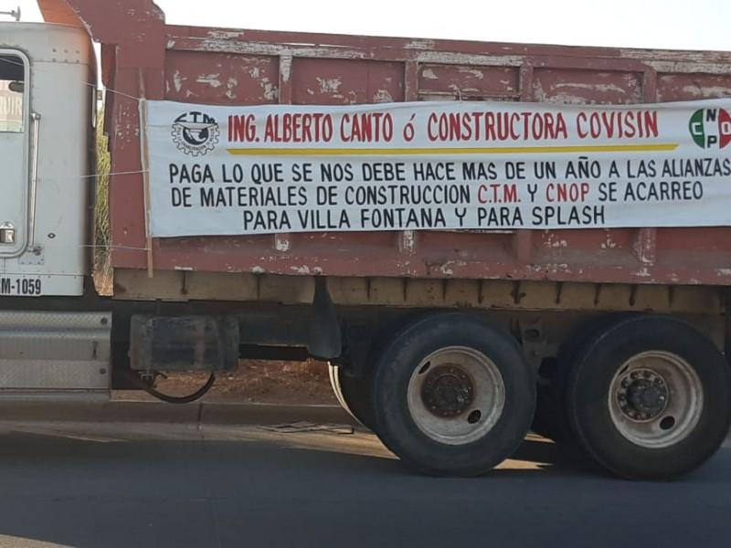 Transportistas demandan pagos a empresa constructora