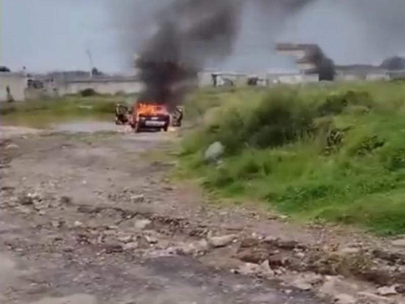 Tras asalto queman unidad de taxi en Chachapa