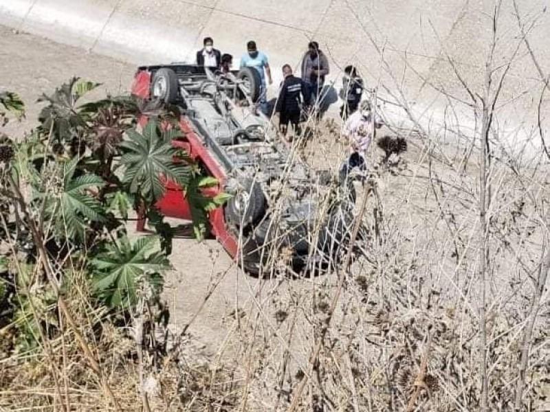 Tras intento de asalto, queda camioneta en drenaje de Tecali