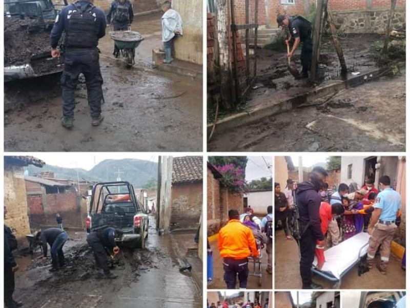 Tras inundaciones en Chilchota continúan con labores de limpieza