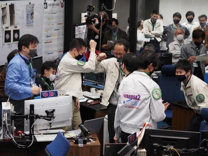 Tras seis años, cápsula japonesa regresó del espacio