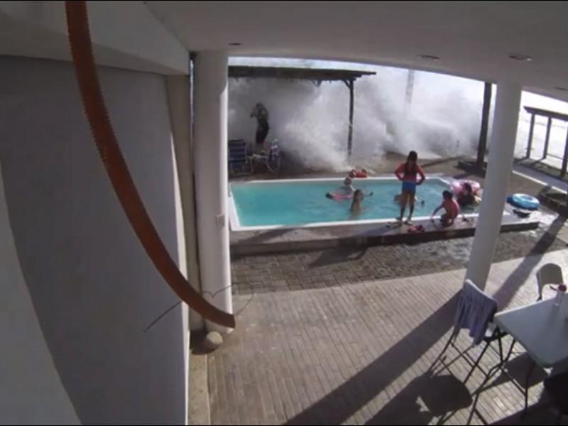 ¡Tremendo susto! fuertes olas ingresan a sus hogares en Huatabampo